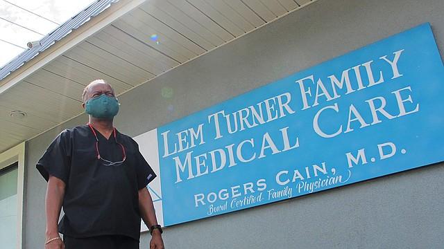 """SALUD. La clínica médica familiar del doctor Rogers Cain en el norte de Jacksonville, Florida, ha atendido 60 casos y ha visto 8 muertes por COVID a medida que el virus ha avanzado fuerte en el estado. Solo en una mañana de julio supo de siete pacientes que habían dado positivo. """"Estamos bajo fuego"""", dijo el 30 de julio. """"Y hay que tener un departamento de bomberos adecuado para apagar el incendio"""""""