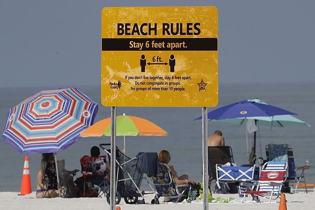 PLAYAS. Bañistas el 4 de mayo en la playa de Clearwater, en Florida, cuando reabrió al público luego de que se flexibilizaran las restricciones por el coronavirus