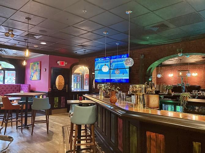 La colorida barra de el restaurante Peka