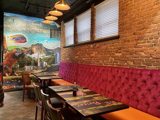 El colorido restaurante Peka tiene una pared con un paisaje de Venezuela, el lugar originario de ambos dueños.