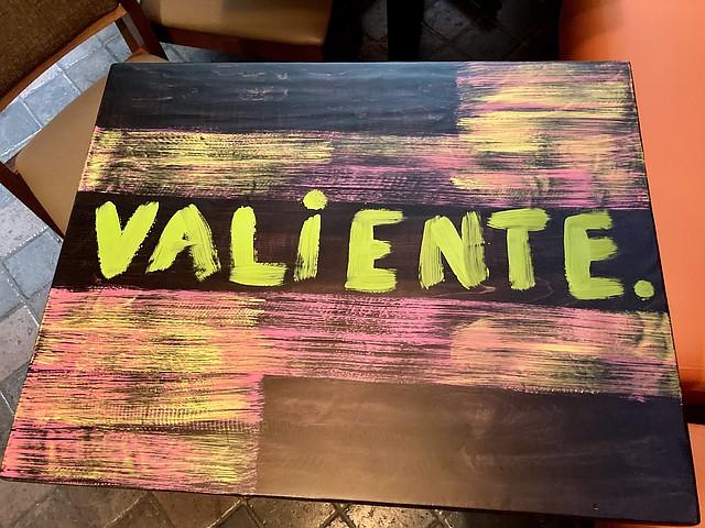 Una de las mesas del Restaurante Peka, con una palabra de apoyo.
