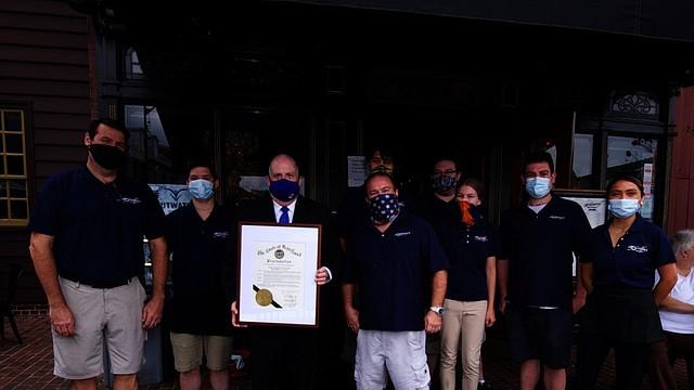 ANUNCIO. El gobernador Hogan dio inicio a la Semana de los restaurantes en Maryland con una proclama.   Foto: Oficina del Gobernador Larry Hogan.