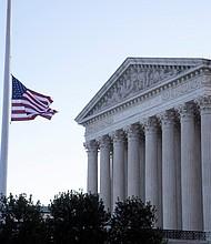 JUDICIALES. La Casa Blanca ordenó ondear la bandera a media asta en honor a la jueza Ginsburg. | Foto: Efe/Michael Reynolds.