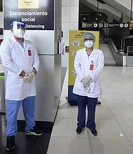 MEDIDAS. A lo largo de las instalaciones del Aeropuerto Internacional, que inició operaciones hoy, hay personal médico para verificar el estado de los viajeros. | Foto: EDH/Jonatan Funes.