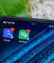 TECNOLOGÍA. La app de Wechat iba a ser restringida en las tiendas de aplicaciones de teléfonos móviles a partir de este domingo. | Foto: Efe.