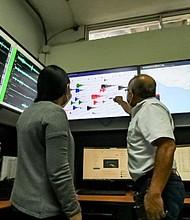 INVESTIGACIÓN. Expertos de Medio Ambiente monitorean la serie sísmica activada en Santa Tecla. Foto: @PROCIVILSV.