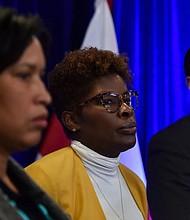 AUTORIDADES. LaQuandra Nesbitt (al centro), directora del Departamento de Salud de DC; junto con la alcaldesa Muriel E. Bowser (a la izquierda), y Lewis D. Ferebee, canciller de escuelas públicas. | Foto: Jahi Chikwendiu/The Washington Post.