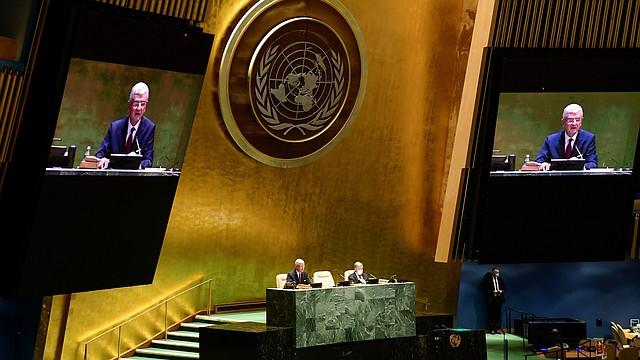 MUNDO. El secretario general, António Guterres (d), y el presidente del septuagésimo quinto período de sesiones de la Asamblea General, el turco Volkan Bozkır (i y en pantallas), mientras inauguran la primera sesión y apertura del septuagésimo quinto período de sesiones de la Asamblea General, el martes 22 de septiembre en Nueva York. | Foto: Efe.