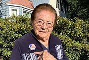 VOTO. A sus 101 años, Rebeca Sánchez Mantilla, votó por adelantado el 18 de septiembre en Virginia. | FOTO: Cort. Karin Pedemonte.