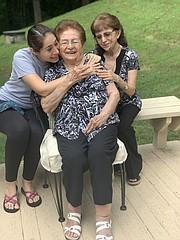 FAMILIA. Rebeca Sánchez con su hija Rebeca Vargas, quien es doctora y su nieta Karin Pedemonte. Su segunda hija, Alicia no estuvo para la foto. | FOTO: MILAGROS MELÉNDEZ PARA ETL