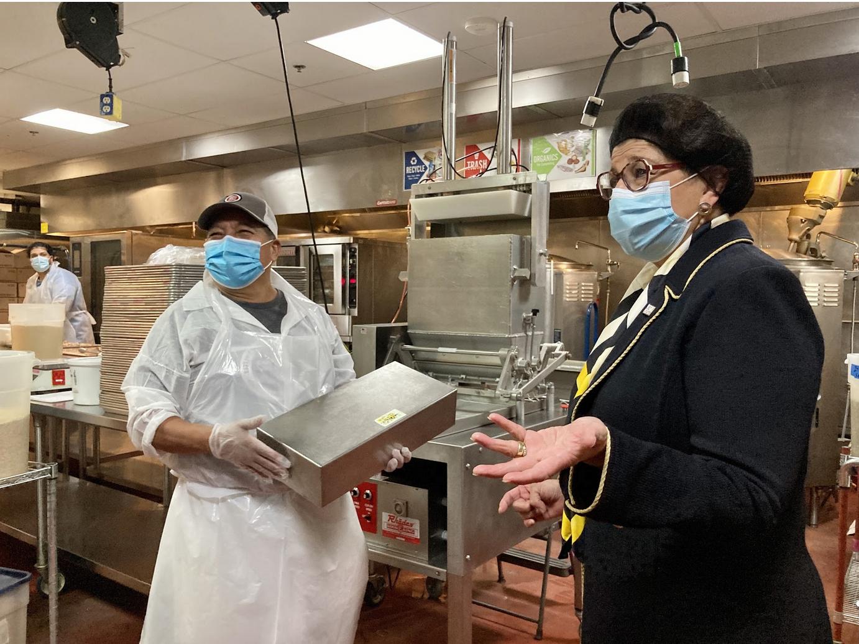 Jovita Carranza junto con Jorge, uno de los trabajadores de CommonWealth Kitchen
