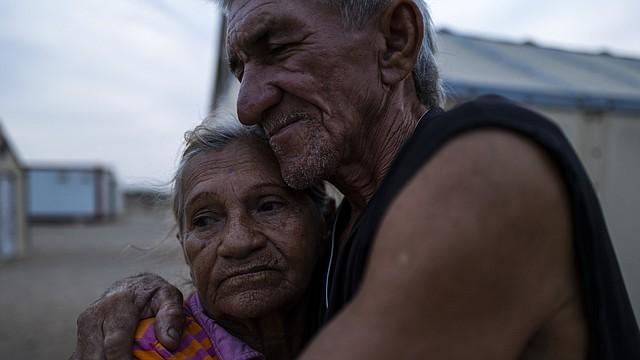 REFUGIADOS. Magali Margarita Vallenilla, de 77 años, abraza a su hijo discapacitado, Edinson Ballesteros de 58 años. Ellos entraron a Colombia desde Venezuela a través de una ruta ilegal. || FOTO: Charlie Cordero — For The Washington Post