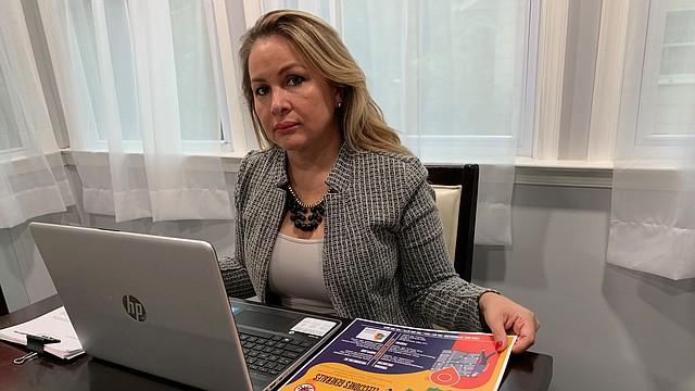 OFICIAL. Claudia Ulloa, representante en Washington, del Tribunal Supremo Electoral de Bolivia, muestra un volante con la información sobre las elecciones del 18. | FOTO: CORT. TSE