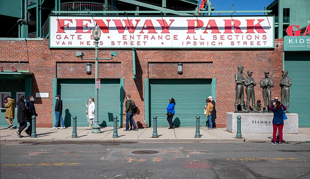Los primeros votantes hacen fila fuera del Fenway Park el sábado 17 de octubre en Boston.