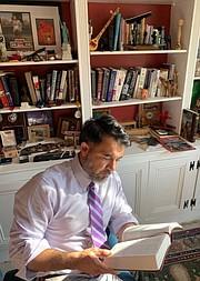 VOZ. Isaías Parada lee la Biblia en su domicilio de Prince William. Él es un creyente evangélico, que votará por Joe Biden. | FOTO: CORT. ISAÍAS PARADA