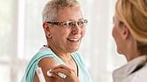 HECHO. Se ha demostrado que las vacunas contra la influenza reducen el riesgo de influenza, hospitalización y muerte a causa de esta enfermedad. Además, vacunarse contra la influenza permite preservar los recursos de atención médica para que puedan atender a los pacientes con COVID-19.