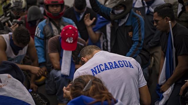 Jóvenes en contra del regimen de Ortega, rezan en Managua, Nicaragua, antes de unirse a una caravana en protesta a un ataque de la policía y grupos paramilitares pro Ortega a la la ciudad de Masaya. |  FOTO: Juan Carlos — For The Washington Post