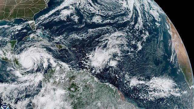 TIEMPO. Fotografía satelital cedida por la Oficina Nacional de Administración Oceánica y Atmosférica por vía del Centro Nacional de Huracanes, en la que se muestra la localización del huracán Iota a las 10:00 hora local del lunes 16 de noviembre. | Foto: Efe.