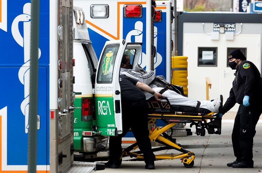 PANDEMIA. Paramédicos llevan a un paciente a la sala de emergencias del Centro Médico Maimónides en Brooklyn, Nueva York, el 17 de noviembre de 2020.   Foto: Efe.