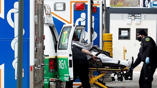 PANDEMIA. Paramédicos llevan a un paciente a la sala de emergencias del Centro Médico Maimónides en Brooklyn, Nueva York, el 17 de noviembre de 2020. | Foto: Efe.