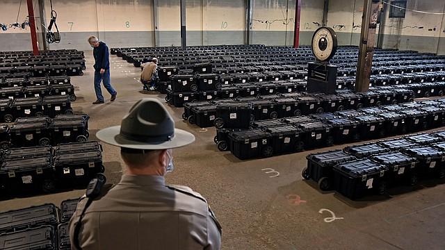 Oficiales de la División de Elecciones del condado de Allegheny, Pensilvania, buscando una caja de votos en Pittsburgh, el 4 de noviembre. | FOTO: Michael S. Williamson — The Washington Post |