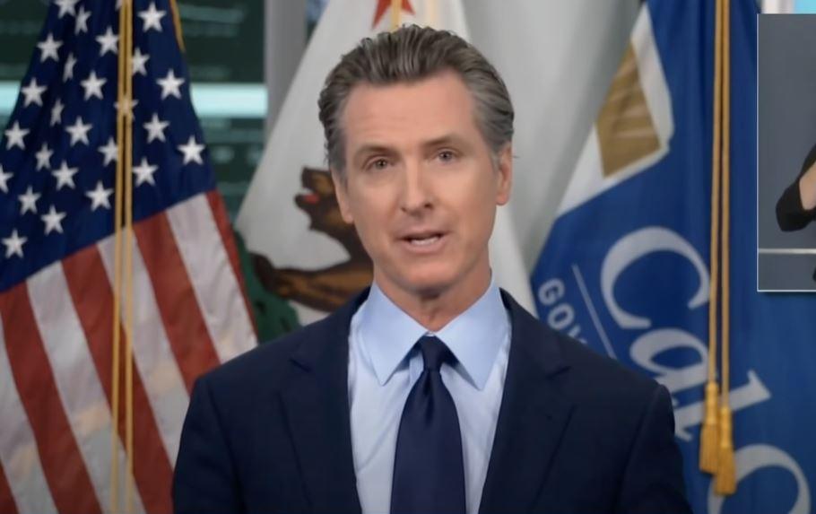 MEDIDAS. La restricción será entre las 10:00 pm y las 5:00 am, informó el gobernador Newson.   Foto: captura de pantalla de Youtube/ Los Angeles Times.