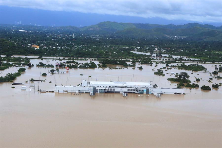 DESASTRE. Foto del miércoles 18 de noviembre que muestra el aérea del Aeropuerto Internacional Ramón Villeda Morales, inundado por el paso de las tormentas Eta e Iota, en La Lima, Honduras. | Foto: Efe.