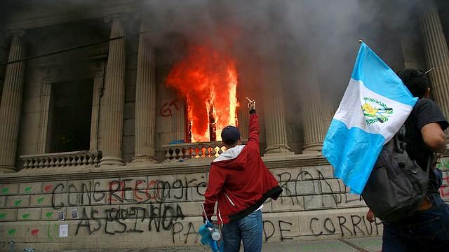 CASO. Los bomberos lograron apagar el incendio.   Foto: Efe/Esteban Biba.