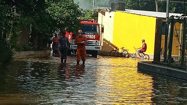 EMERGENCIA. El agua cubrió las calles en el caserío La Barra e inundó algunas viviendas en las Conchas y Valle Nuevo del cantón Tecomapa. | Foto: Bomberos