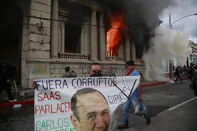 PROTESTA. Las autoridades lograron dispersar a los manifestantes.   Foto: Efe/Esteban Biba.