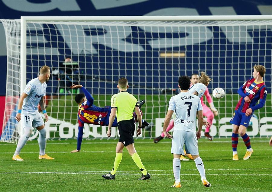 FÚTBOL. El jugador del FC Barcelona Ronald Araújo (2i), marca su gol contra el Valencia CF, durante el partido de la decimocuarta jornada de La Liga Santander de fútbol en el Camp Nou. | Foto: EFE/ Enric Fontcuberta.