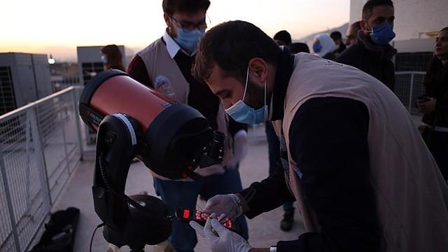 CIENCIA. Ciudadanos sirios observan a través de telescopios la conjunción de Saturno y Júpiter desde Damasco, Siria, el 21 de diciembre de 2020. | Foto: Efe.