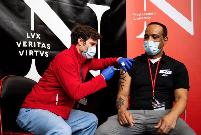 La primera ronda de vacunas Moderna COVID-19 se administra a los empleados de primera línea en el centro de pruebas de Northeastern.