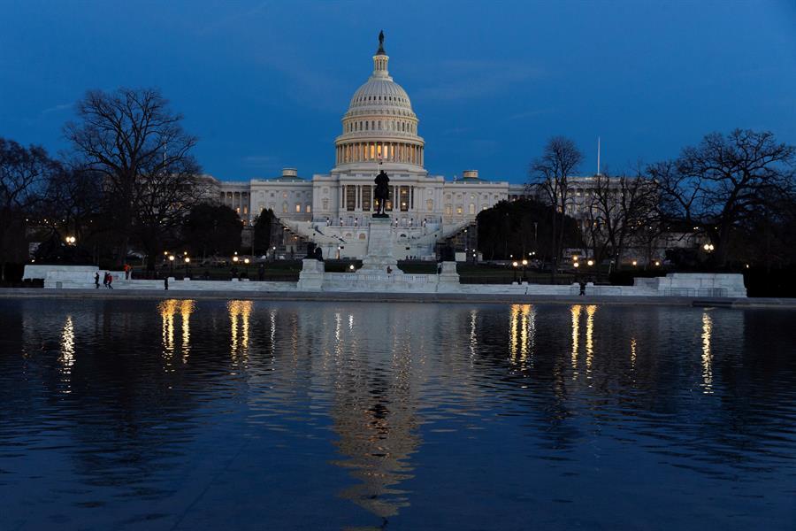 PRECAUCIÓN. El congresista Brad Schneider pidió sanciones para los legisladores que se nieguen a seguir las pautas de salud públicas. | Foto: Efe.