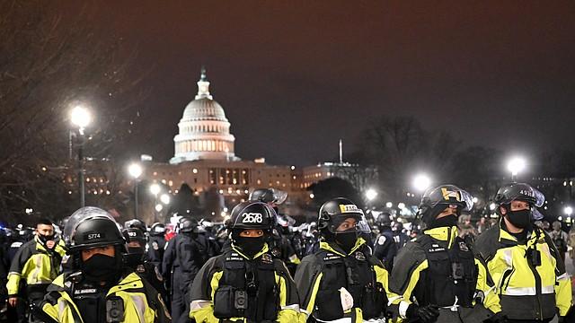 CONTROL. Miembros de la Policía después de despejar el perímetro del Capitolio después del asalto perpetrado por los simpatizantes de Trump el pasado 6 de enero. | FOTO: Katherine Frey—The Washington Post |