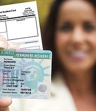 CONVENIENTE. USCIS entregará un documento o 'sello' a los inmigrantes que sean residentes permanentes para extender la vigencia de su 'green card' durante doce meses.