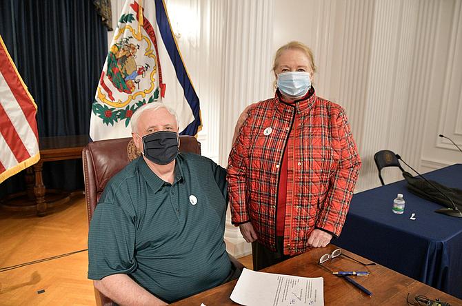 Jim Justice, gobernador de West Virginia, y su esposa, Cathy Justice, quienes se vacunaron en diciembre de 2020.