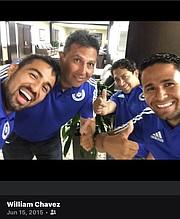 EQUIPO. Boris Flores (al centro) con los entrenadores del club de niños que fundó.  De izq. a der. Manuel Chávez, Felipe Rodríguez, William Chávez. | FOTO: Cortesía William Chávez |