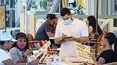 HECHO. La orden de usar mascarillas y las restricciones de capacidad de atención en los restaurantes ayudan a limitar la transmisión del COVID-19 y reducen las tasas de crecimiento de casos y muertes, según los CDC.