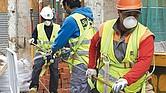 TERRIBLE. Según la Oficina de Estadísticas Laborales de Estados Unidos, alrededor de doscientos trabajadores mueren cada año en Texas en industrias relacionadas con la construcción.