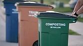 IMPORTANTE. Composta es la materia orgánica procedente de los residuos biodegradables usados en casa que son tratados para acelerar su descomposición con el objetivo de ser utilizados como fertilizante. La Ciudad de Austin impulsa su preparación y uso.