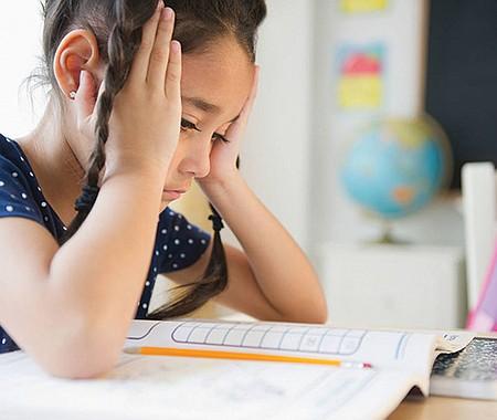 DELICADO. Los niños estudiantes de primaria que se sienten abrumados a menudo tienen problemas de comportamiento y pueden meterse en problemas en la escuela o en el hogar