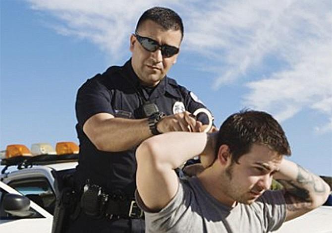 Limitan el uso de la fuerza a agentes policiales