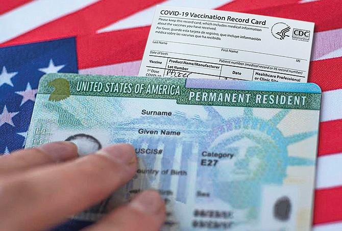 INELUDIBLE. El Servicio de Ciudadanía e Inmigración pedirá a los solicitantes de la residencia permanentes que completen la serie de vacunas contra el COVID-19.