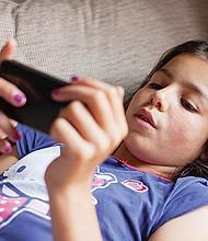 NECESARIO. Los padres de familia deben realizar una supervisión constante de lo que sus hijos menores de edad están haciendo en la Internet, especialmente de las páginas o aplicaciones que visitan, y determinar si son adecuadas para su edad.