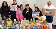 EMD Sales, El Tiempo Latino y empresas colaboradoras repartieron 800 cajas de comida.