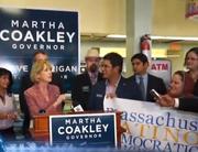 La candidata a la gobernación de Massachusetts por el partido demócrata habló frente a una audiencia de activistas latinos en la pastelería Tito's Bakery, Chelsea