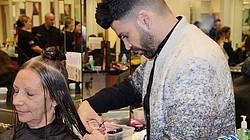 Jomari Goyso, estilista de estrellas y presentador de Univisión, en el salón de belleza de Jcpenney de Dadeland Mall en el lanzamiento de CHIparaMI.