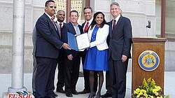 Filadelfia PA.- El pasado 9 de marzo, bajo el liderazgo de Yocasta Lora, los dominicanos acompañados de otros latinos y miembros del gobierno local, re reunieron para celebrar el 173 aniversario de su independencia. Esta fue la tercera ocasión que se llevó a cabo la Ceremonia Anual de Levantamiento de Bandera en la alcaldía de Filadelfia.