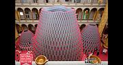 La estructura de 60 pies de alto, diseñada por Studio Gang, está counstruida de más de 2,700 tubos de papel con un exterior color plata que refleja la luz y un interior magenta.
